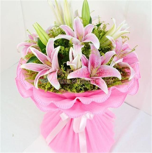 语:对你的思念就像春天百花园里的花朵,对你的爱就像一件漂亮的衣服